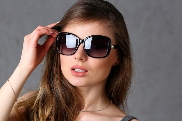Retrato de mulher de óculos de sol