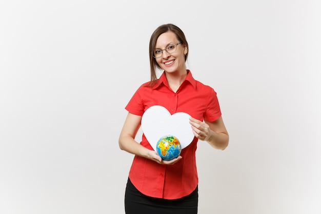 Retrato de mulher de professor de negócios de camisa vermelha, segurando um coração branco, globo terrestre isolado no fundo branco. problema de poluição ambiental. pare o lixo da natureza, o conceito de proteção do meio ambiente.