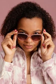 Retrato de mulher descolada com óculos de sol