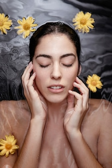 Retrato de mulher, desfrutando de tratamento de beleza