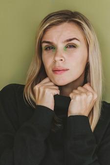 Retrato de mulher deslumbrante com maquiagem