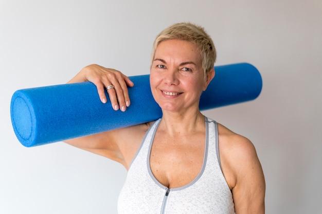 Retrato de mulher desportiva sênior com cabelo curto