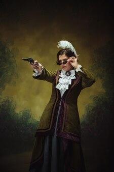 Retrato de mulher do período renascentista com revólver e óculos de sol