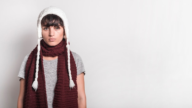 Retrato, de, mulher doente, desgastar, branca, woolly, chapéu, ficar, contra, fundo branco