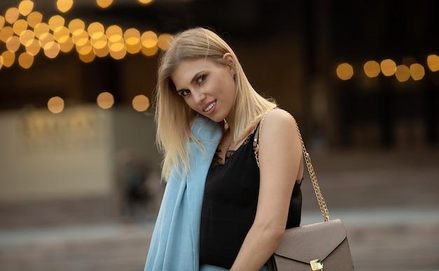 Retrato de mulher elegante ao ar livre