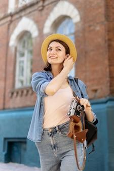 Retrato de mulher elegante posando ao ar livre