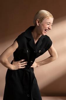 Retrato de mulher elegante posando com uma roupa da moda