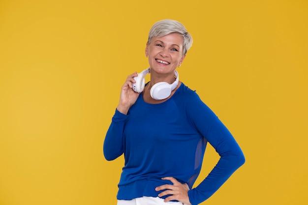 Retrato de mulher elegante sênior com um par de fones de ouvido