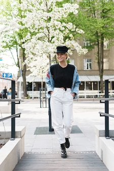 Retrato de mulher elegante vestindo jaqueta jeans e boné preto