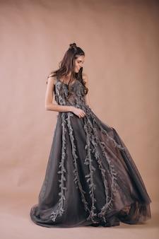 Retrato, de, mulher, em, bonito, cinzento, vestido