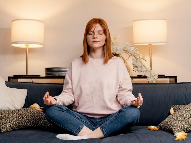 Retrato de mulher em casa meditando