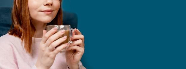 Retrato de mulher em casa tomando café