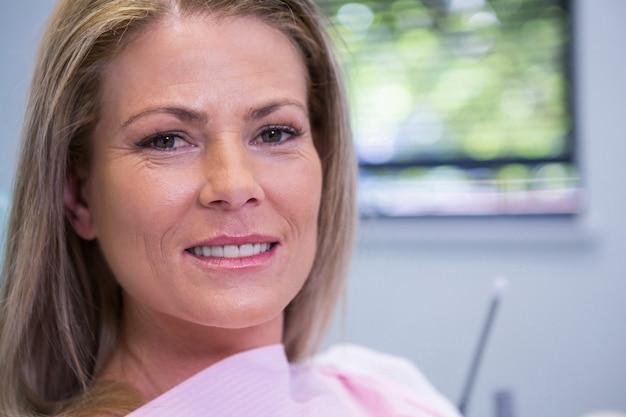 Retrato de mulher em clínica dentária