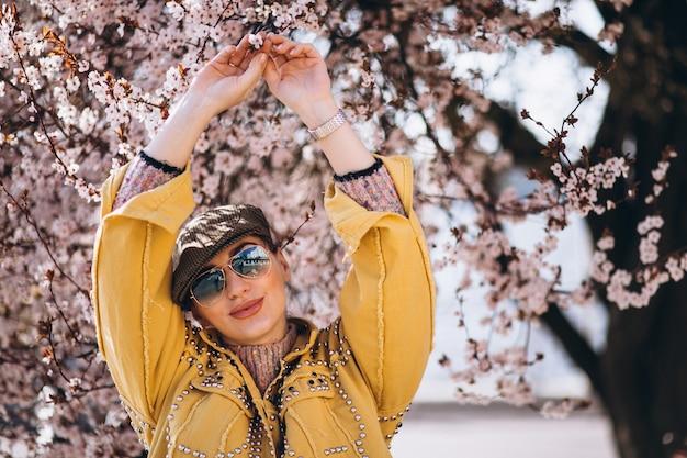 Retrato de mulher em flores desabrochando