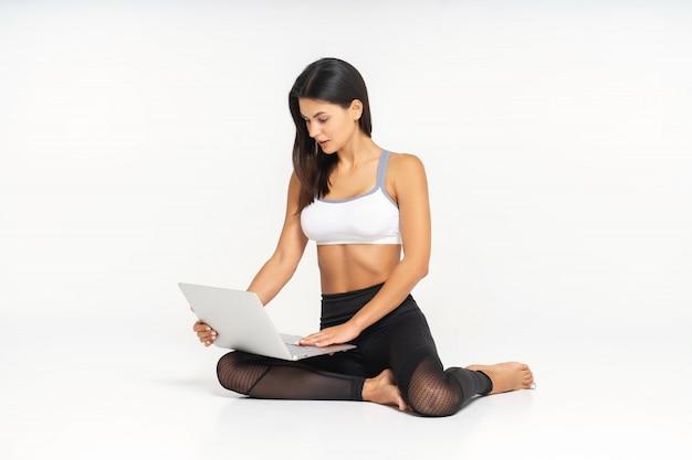 Retrato de mulher em forma com laptop