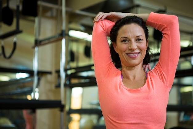 Retrato de mulher em forma fazendo exercícios de alongamento