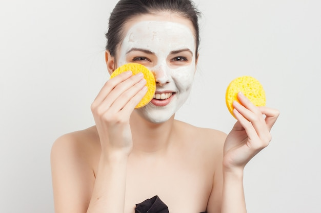 Retrato de mulher em máscara facial