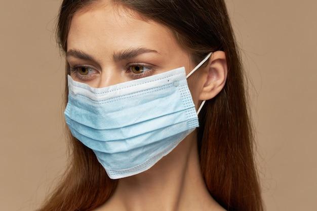 Retrato de mulher em modelo de máscara médica com fundo bege