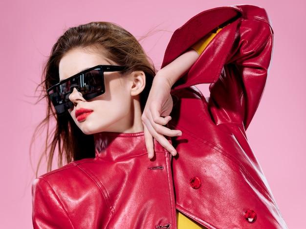 Retrato de mulher em óculos brilhantes incomuns, emoções de surpresa e felicidade