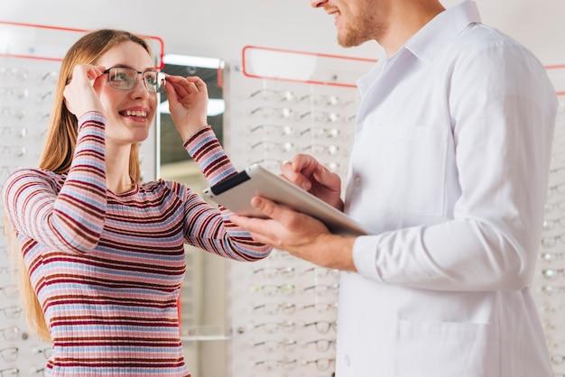 Retrato, de, mulher, em, optometrist
