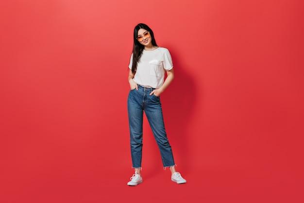 Retrato de mulher em pleno crescimento, vestindo camiseta branca e jeans