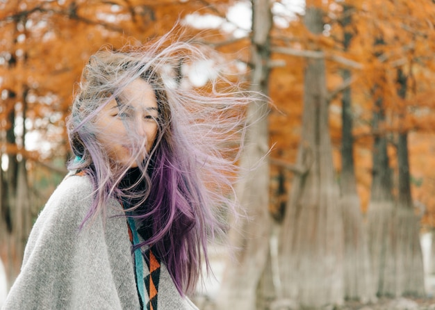 Retrato de mulher em tempo ventoso de outono.