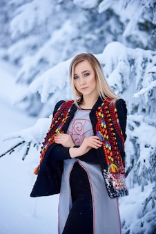 Retrato de mulher em um dia de inverno em fundo de paisagem de neve