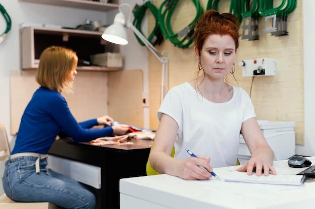 Retrato de mulher empresária trabalhando