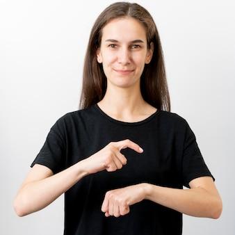 Retrato de mulher ensinando a linguagem gestual
