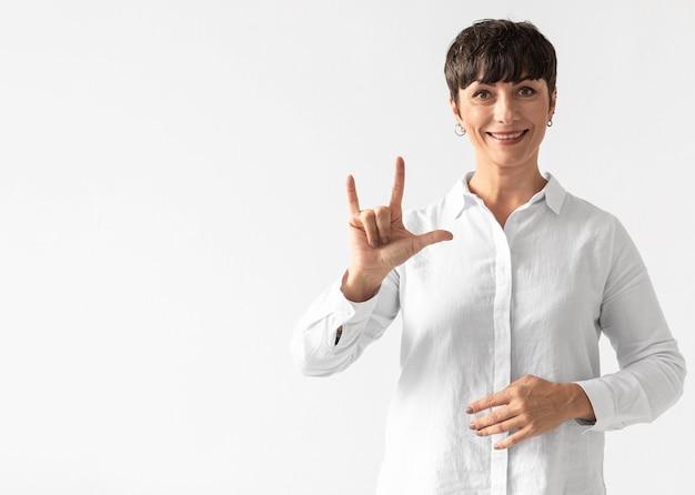 Retrato de mulher ensinando língua de sinais