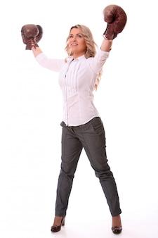 Retrato de mulher envelhecida feliz com luvas de boxe