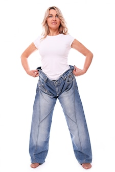 Retrato de mulher envelhecida feliz vestindo jeans grandes