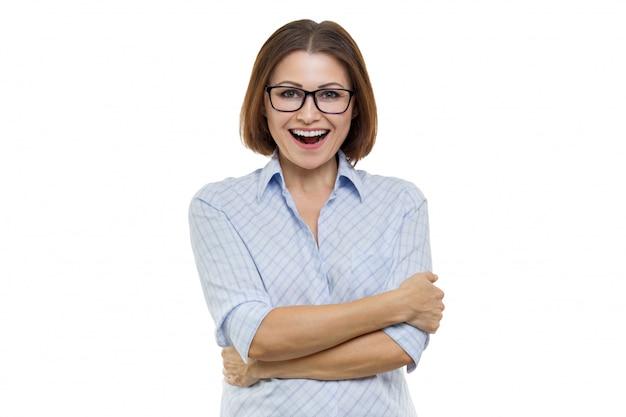 Retrato de mulher envelhecida positiva com braços cruzados