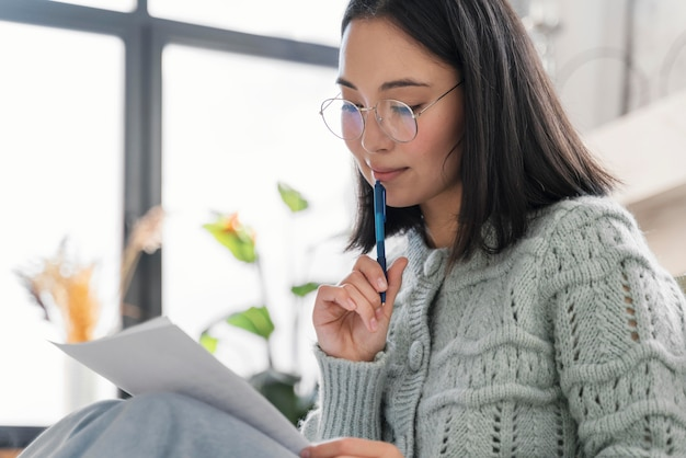 Retrato de mulher escrevendo carta