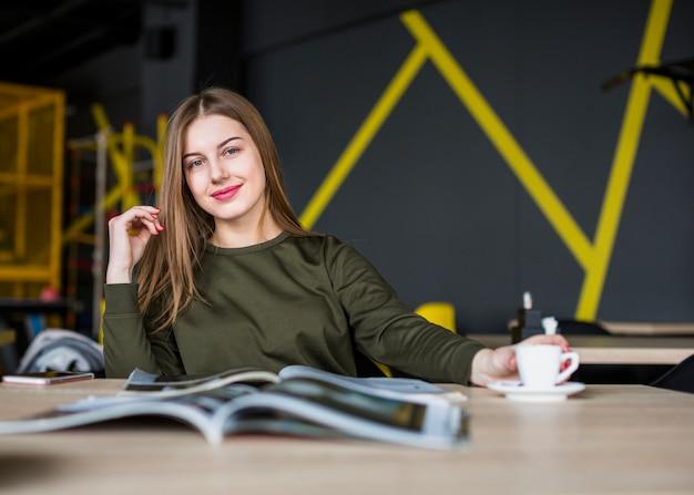 Retrato, de, mulher escrivaninha
