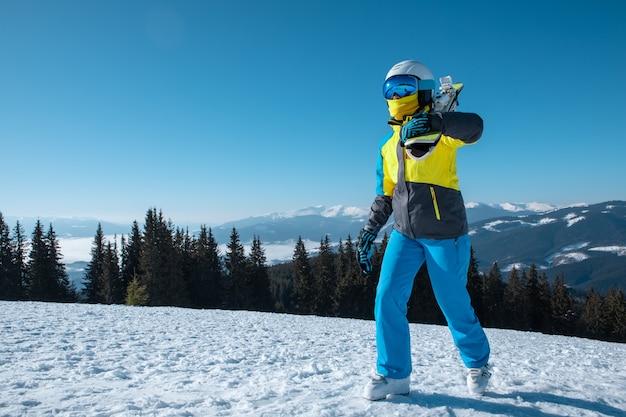 Retrato de mulher esquiadora com esqui no topo das montanhas, férias de inverno