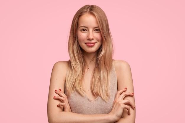 Retrato de mulher europeia feliz e satisfeita com aparência atraente