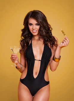 Retrato de mulher exclusiva com martini