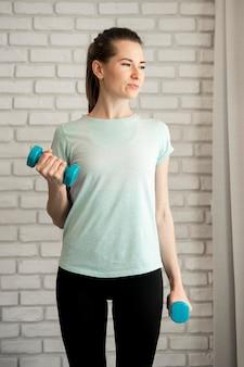 Retrato de mulher exercitando em casa