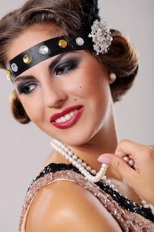 Retrato de mulher extravagante, lábios vermelhos
