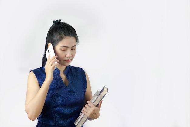 Retrato, de, mulher fala telefone
