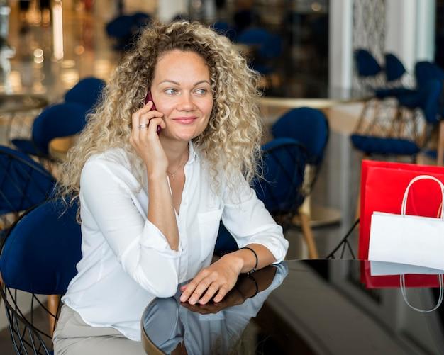 Retrato de mulher falando ao telefone