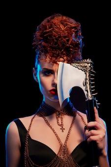 Retrato de mulher fantástica, mantendo o machado afiado com espinhos