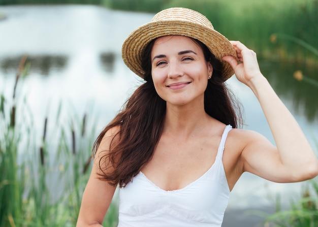 Retrato de mulher feliz à beira do lago