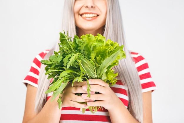 Retrato de mulher feliz com alface isolada sobre fundo branco. conceito de comida saudável. fechar-se.