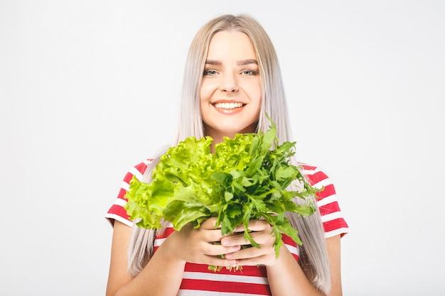 Retrato de mulher feliz com alface isolada sobre fundo branco. conceito de comida saudável.