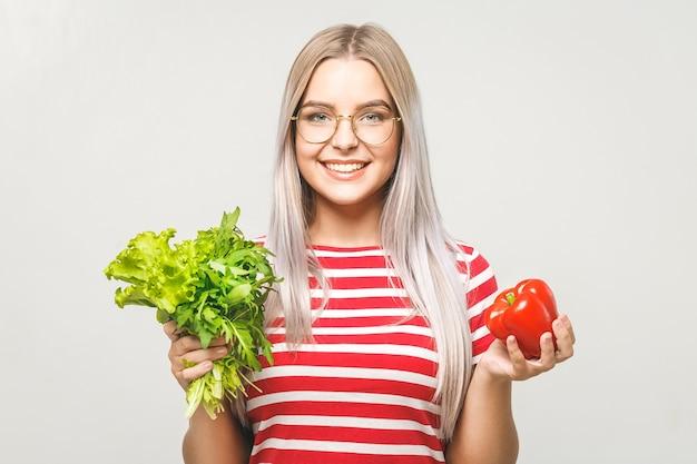 Retrato de mulher feliz com alface isolada sobre fundo branco. conceito saudável de vegetais alimentares.