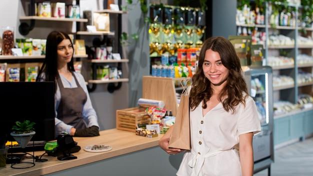 Retrato de mulher feliz com compra orgânica