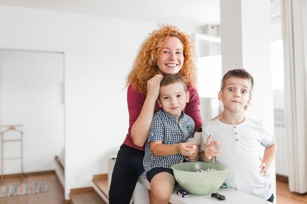 Retrato, de, mulher feliz, com, dela, dois filhos
