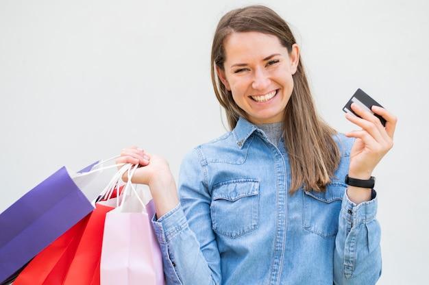 Retrato de mulher feliz com os produtos encomendados